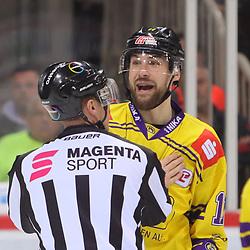 Travis Ewanyk (Krefeld Pinguine, Nr. 11) muss vom Schiedsrichter zurueckgehalten werden<br /> im DEL-Spiel der Duesseldorfer EG gegen die Krefeld Pinguine (06.03.2020). beim Spiel in der DEL, Duesseldorfer EG (rot) - Krefeld Pinguine (gelb).<br /> <br /> Foto © PIX-Sportfotos *** Foto ist honorarpflichtig! *** Auf Anfrage in hoeherer Qualitaet/Aufloesung. Belegexemplar erbeten. Veroeffentlichung ausschliesslich fuer journalistisch-publizistische Zwecke. For editorial use only.