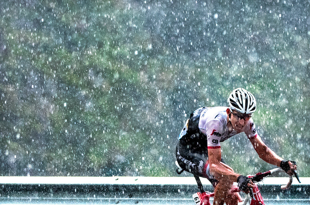 Frankrijk, Andorra Arcalis, 10-07-2016<br /> Wielrennen, Tour de France, 9e etappe.<br /> Van Vielha Val D'Aran naar Andorra Arcalis.<br /> Bauke Mollema van de Trek ploeg tijdens de beklimming van de Andorra Arcalis in de stromende regen en de dikke hagelstenen.<br /> Foto: Klaas Jan van der Weij