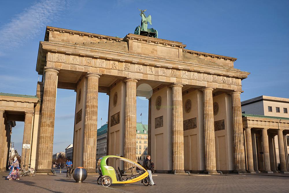 DEUTSCHLAND, Berlin, Brandenburger Tor, 18.03.2020. Coronavirus-Pandemie: Wo sonst bei schoenem Wetter zahlreiche Einheimische und Touristen flanieren, ist an diesem Nachmittag nur wenig Betrieb.