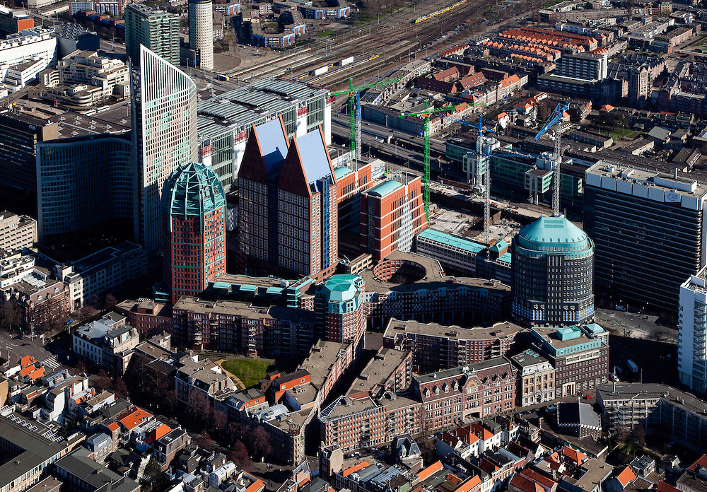 Nederland, Zuid-Holland, Den Haag, 20-03-2009; Hoogbouw aan de Muzenstraat, rond het Clioplein en het Muzenplein (rechts). Links de Hoftoren (ministerie OCW) met ministerie van VROM er achter, deels verscholen. De rode bakstenen toren met groene bovenkant is de Zurichtoren (huisvest onder andere de OPTA en NMA), de dubbel toren met blauwe daken is Castalia ook wel bijgenaamd de Haagse Tieten - ministerie VWS. De kranen staan aan de bouwput van de JuBi (Justitie en Binnenlandse zaken), de oudbouw van dit laatste ministerie rechts. A closer view on The Hague. High rise houses the Ministeries of Education. Next to the Central Station (l), the Ministry of Housing and of Education. The blue roofed twin buildings are called The Tits of The Hague, residence of the Ministry of Health. .Swart collectie, luchtfoto (toeslag); Swart Collection, aerial photo (additional fee required); .foto Siebe Swart / photo Siebe Swart