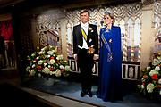 Koning Willem-Alexander en koningin Maxima in Madame Tussauds. Precies een jaar na de Troonswisseling verwelkomt het wassenbeeldenmusea de beelden van het koningspaar. Modeontwerper Jan Taminiau heeft een replica van de beroemde blauwe jurk gemaakt die de Koningin droeg tijdens de troonswisseling in 2013.<br /> <br /> King Willem-Alexander and Queen Maxima at Madame Tussauds. Exactly one year after the Throne Exchange welcomes the wax museum, the images of the royal couple. Fashion designer Jan Taminiau has made a replica of the famous blue dress that made the Queen wore during the change of rule in 2013.