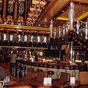 Tros winterpresentatie 2002 Amsterdam, bar en trap cruiseschip Carnival Legend