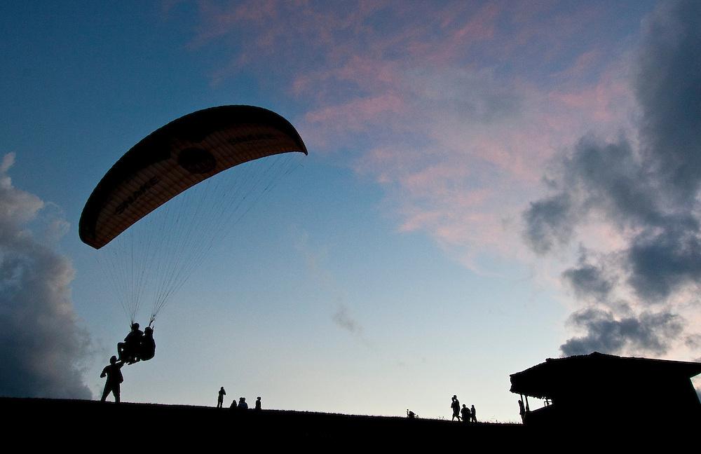 Brumadinho_MG, Brasil...Voo de  paraglider  na rampa Topo do Mundo na Serra da Moeda em Brumadinho, Minas Gerais...Flight of the paraglider in Topo do Mundo in Serra da Moeda in Brumadinho, Minas Gerais...Foto: RODRIGO LIMA / NITRO