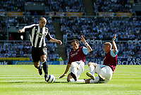 Fotball<br /> Foto: SBI/Digitalsport<br /> NORWAY ONLY<br /> <br /> Newcastle United v West Ham United. The Barclays Premiership. 20/08/2005.<br /> West Ham's Paul Konchesky (C) and Matthew Etherington (R) slide in to tackle Newcastle's Stephen Carr (L).