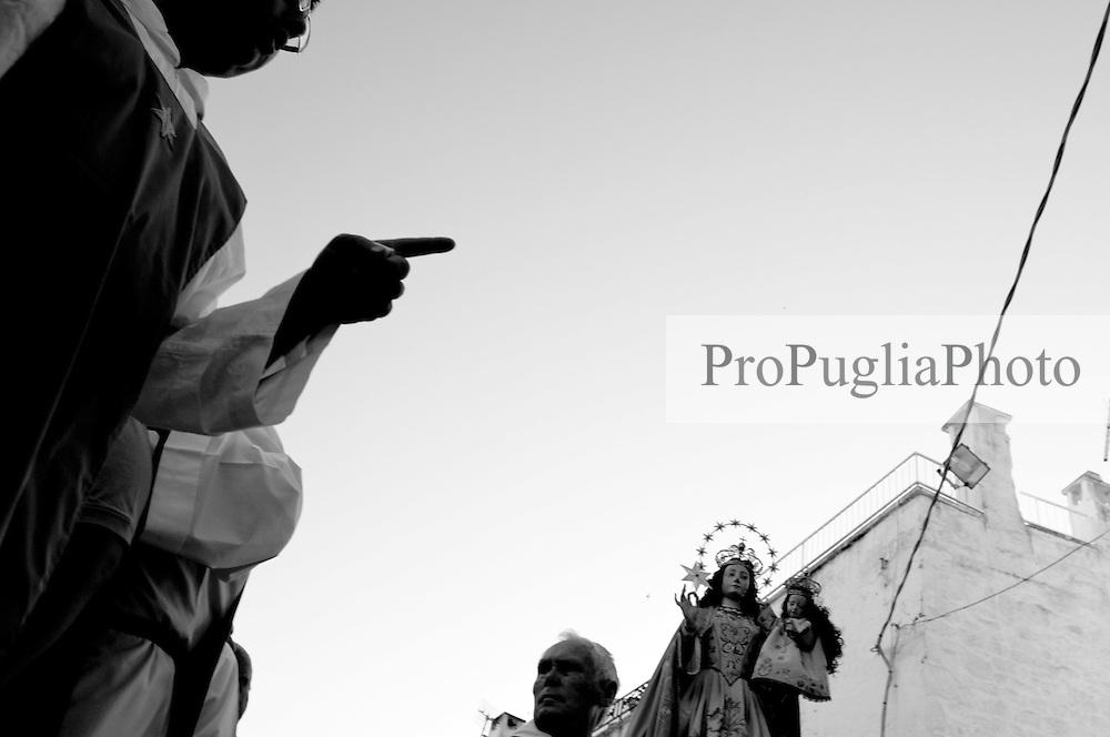 Confratelliti della Madonna di Santa Maria della Stella in Ostuni che avviano il corteo religioso in cui sfila la statua della Madonna