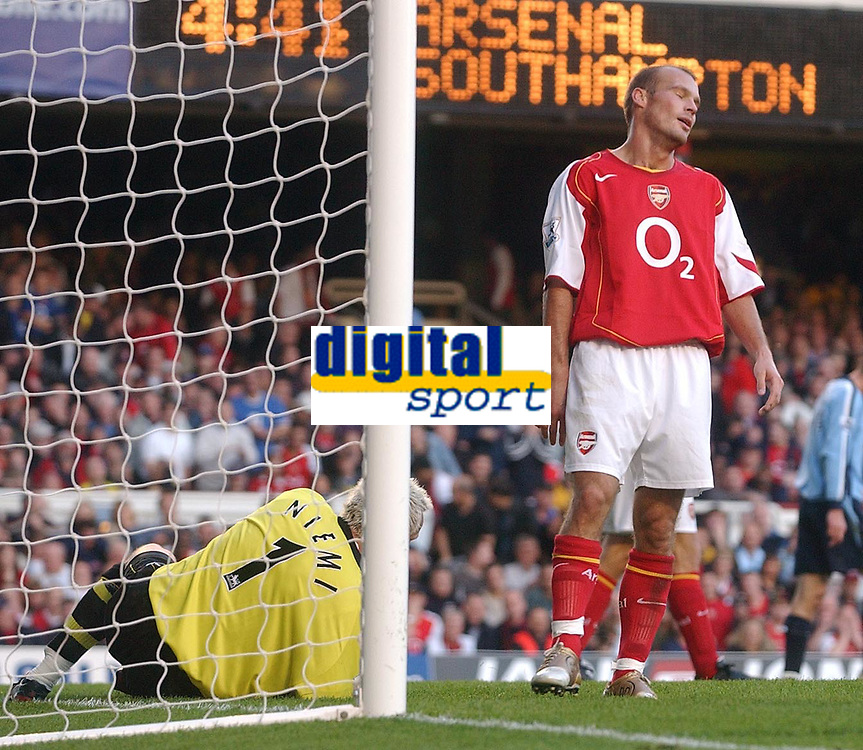 Fotball<br /> Premier League England 2004/2005<br /> Foto: SBI/Digitalsport<br /> NORWAY ONLY<br /> <br /> 30.10.2004<br /> Arsenal v Southampton<br /> <br /> Arsenal's Fredrik Ljunberg shows his dissapointment at his sides draw against Southampton