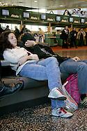 Aeroporto di Malpensa: passeggeri in attesa dormono. Malpensa Airport: waiting passengers slept