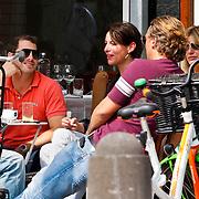 NLD/Amsterdam/20100814 - Irene van Laar en vrieden genieten van een zonnige dag op het terras van restaurant George in Amsterdam