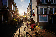 Een man fietst in het avondlicht door Utrecht.<br /> <br /> A man cycles in the evening in Utrecht.