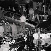 NLD/Huizen/19910909 - Ongeval haven van Huizen aan de Havenstraat, auto over kade railing