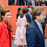 NLD/Groningen/20180427 - Koningsdag Groningen 2018, Aimee Sohngen kijkt toe op Floris