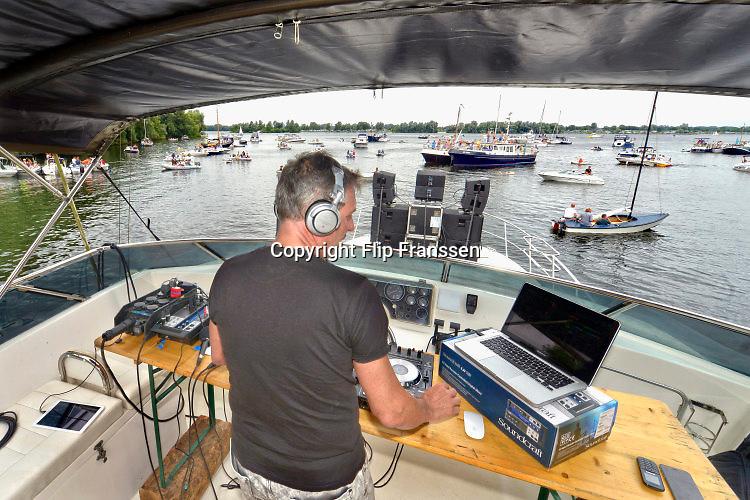 Nederland, Maasbommel, 7-8-2016Fuikfeest bij watersportcentrum de Gouden Ham. Boot met DJ, andere boten schuiven aan.Foto: Flip Franssen