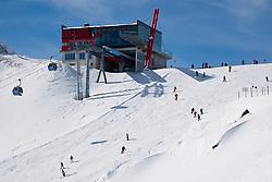 THEMENBILD - Adlerlounge im Grossglocknerresort. Die Adlerlounge (2621m) am Cimaros. Wintersportler mit Skiern und Snowboard, Kals am 27.02.2010. EXPA Pictures © 2010, PhotoCredit: EXPA/ Johann Groder