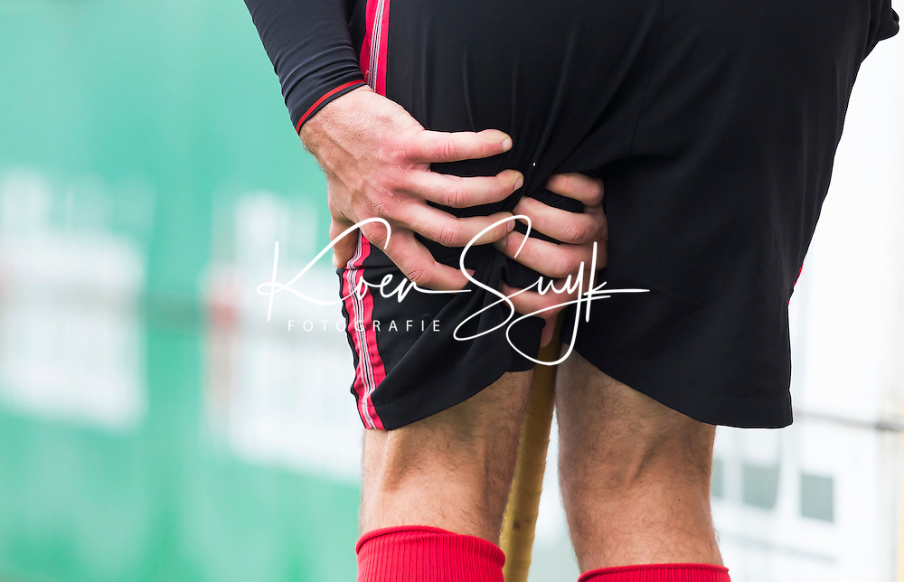 BLOEMENDAAL - HOCKEY - Hamstring blessure bij Valentin Verga  tijdens de competitiewedstrijd tussen de mannen van Bloemendaal en Amsterdam (0-0). COPYRIGHT KOEN SUYK