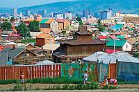 Mongolie, Oulan Bator, les quartiers de yourtes et le centre ville // Mongolia, Ulan Bator, suburb and city center