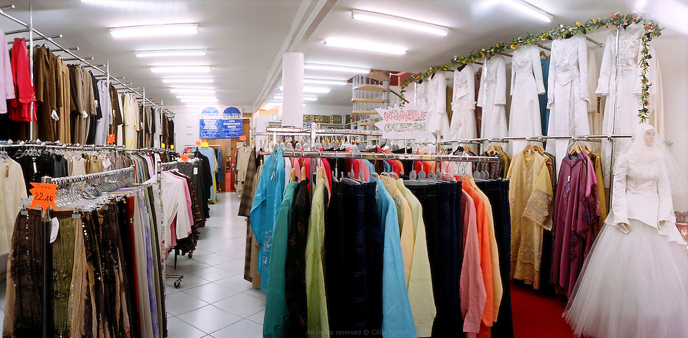 Magasin de mode musulmane à Aubervilliers, France, 2006. <br /> Muslim outfits store in Aubervilliers, France, 2006.