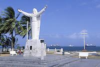 Panama - Ville de Colon - Le christ et les bateau qui attendent le passage du canal