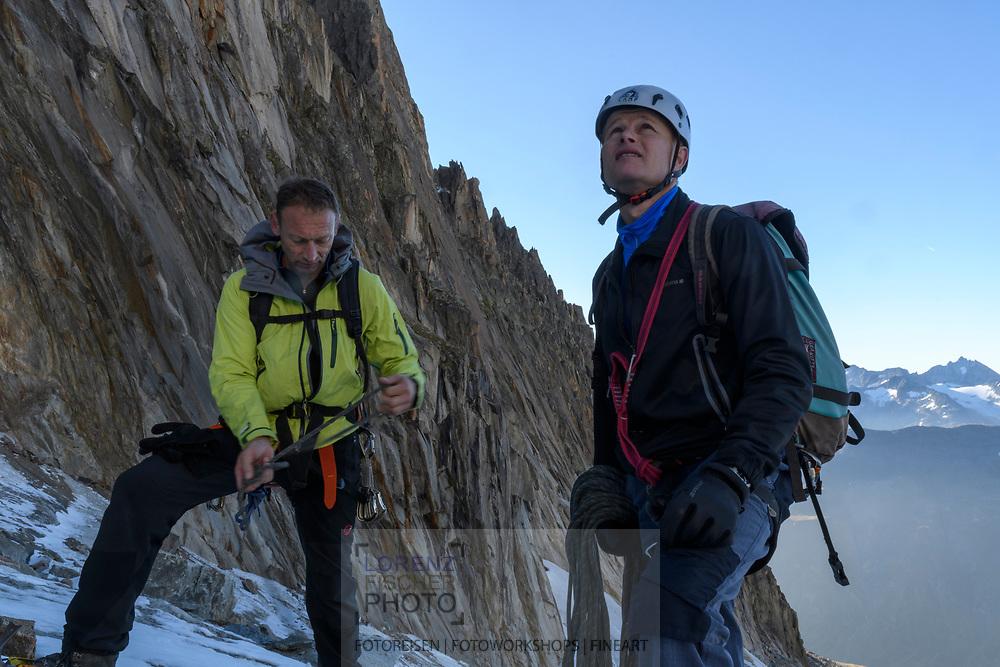 Zwei Alpinisten seilen sich auf dem Sidelengletscher an, Furka, Uri, Schweiz<br /> <br /> Two alpinists on the Sidelengletscher are roping up, Furka, Uri, Switzerland