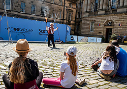 Pictured: Kwabana Lindsey was working hard in the sun to get some audience participation<br /><br />The sun shone on Edinburgh's High Street as entertainers were plying their trade<br /><br />Ger Harley | EEm 10 August 2021