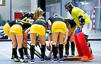 ARNHEM - , De vrouwen van Den Bosch tijdens de eerste dag van de zaalhockey competitie in de hoofdklasse, seizoen 2013/2014. FOTO KOEN SUYK