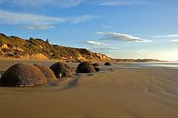 A costa de Dunedin também revela aspectos culturais e históricos. Lá encontram-se as Moerakis Bolders, rochas pré-históricas que com o passar dos anos desmoronaram das colinas ao lado, parando na beira da praia. De acordo com a cultura Maori, essas rochas são objetos que cairam das primeiras embarcações dos antepassados, antes de desembarcaram na ilha. FOTO: Lucas Uebel/Preview.com