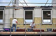 Nederland, Nijmegen, 19-8-2011Bouwvakkers zijn bezig met het mestselen van de buitrenmuur van huizen in de nieuwe wijk Laauwik, onderdeel van de stadsuitbreiding van Nijmegen in Lent.Foto: Flip Franssen/Hollandse Hoogte