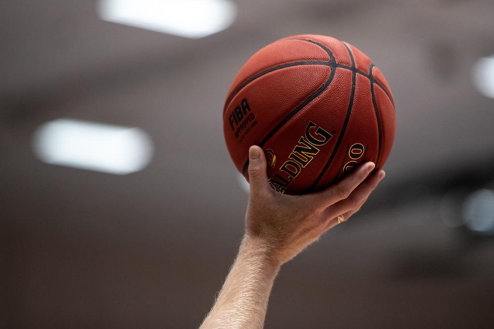 ÖSTERSUND 20210924<br /> Hand med boll under fredagens match i Basketligan mellan Jämtland Basket och Nässjö Basket i Östersunds Sporthall<br /> <br /> Foto: Per Danielsson/Projekt.P