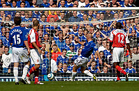 Photo. Jed Wee.Digitalsport<br /> Everton v Arsenal, Barclays Premiership, 15/08/2004.<br /> Everton's Lee Carsley grabs a late consolation for Everton.