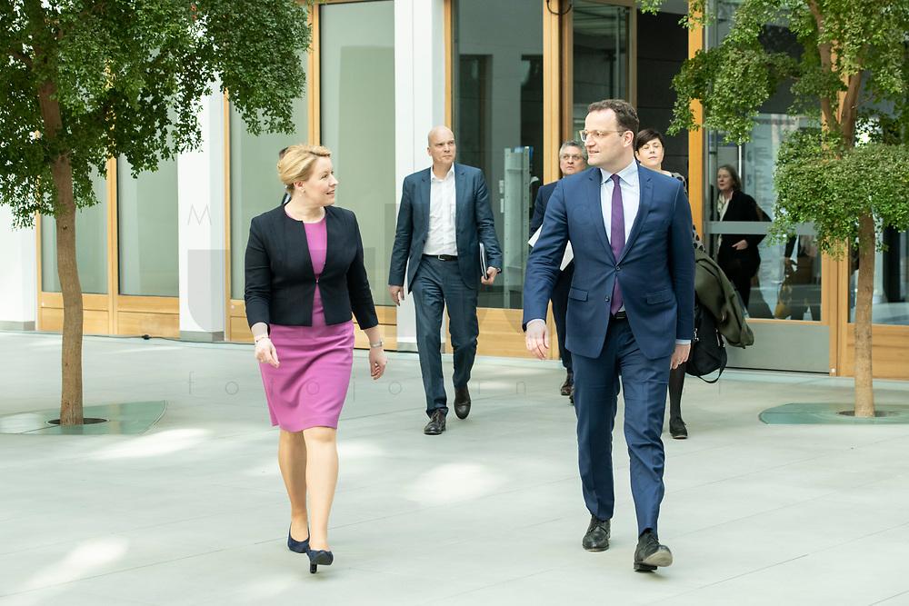 """09 APR 2020, BERLIN/GERMANY:<br /> Franziska Giffey (L), SPD, Bundesfamilienministerin, und Jens Spahn (R), CDU, Bundesgesundheitsminister, auf dem Weg zur Pressekonferenz """"Unterrichtung der Bundesregierung zur Bekämpfung des Coronavirus"""", Bundespressekonferenz<br /> IMAGE: 20200409-01-002<br /> KEYWORDS: BPK"""