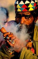 """Pakistan - La fête des soufis - Province du Sind et du Balouchistan - Pélerinage soufi de Lahoot - Un Malang fume son Shilum rempli de """"sharas"""" nom local du hashish // Pakistan, Sind, sufi pilgrimage of Lahoot"""