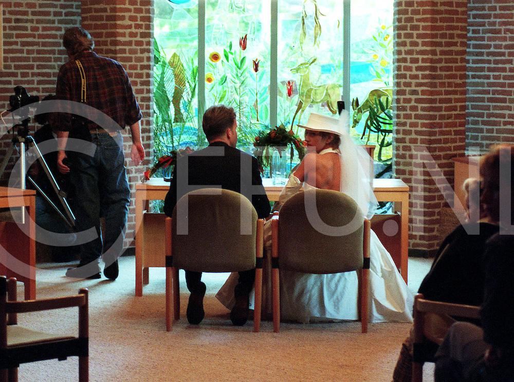 101097 staphorst ned.huwelijk erik hulzenbosch met jenita smit.trouwzaal  wachten op de dingen die komen gaan..fotoburo frank uijlenbroek©/frank uijlenbroek