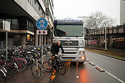 Een vrachtwagen is op het fietspad geparkeerd, waardoor fietsers of over de stoep moeten gaan, of over de gewone autoweg.<br /> <br /> A truck is parked on a bicycle path, blocking the road for cyclists who have to use the pavement now.