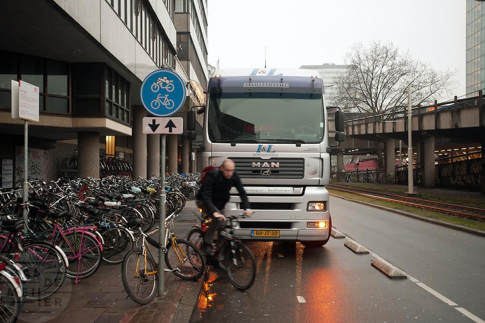 Een vrachtwagen is op het fietspad geparkeerd, waardoor fietsers of over de stoep moeten gaan, of over de gewone autoweg.<br /> <br /> A truck is parked on a bicycle path, blocking the road for cyclists who have to use the pavement now.