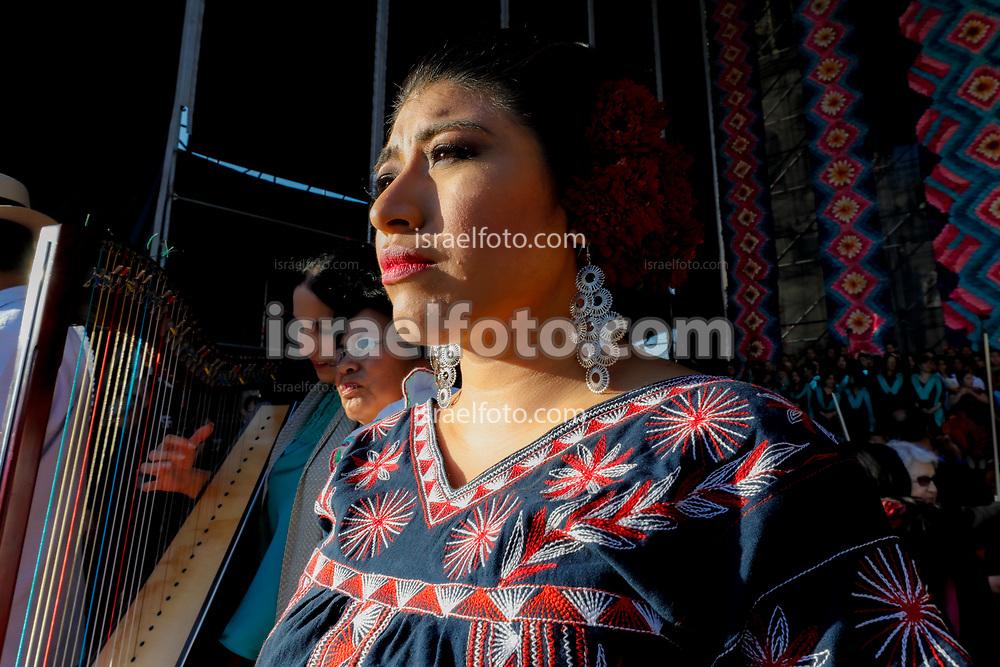 01 de diciembre de 2018, Ciudad de México. María Reyna González, cantante soprano de Tlahuitoltepec, Oaxaca, se prepara para cantar en el Zócalo de la CDMX en el acto de Andrés Manuel López Obrador con representantes indígenas de México.