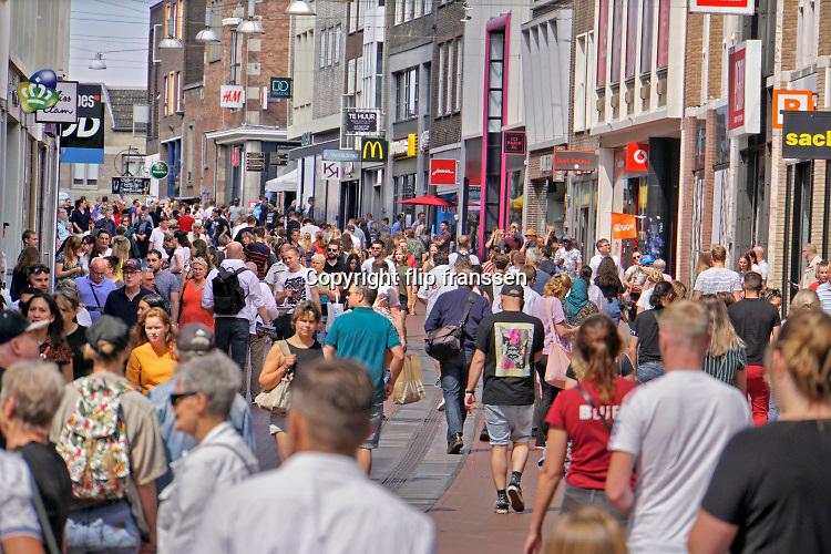 Nederland, Nijmegen, 5-7-2020Drukte in het centrum van de stad ondanks de nog steeds geldende coronamaatregelen zoals anderhalve meter afstand houden . Winkelende mensen in de Broerstraat . Foto: ANP/ Hollandse Hoogte/ Flip Franssen