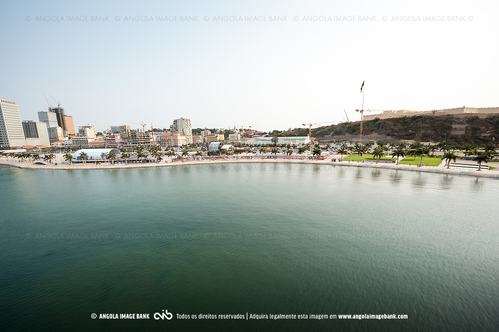 Vista aérea da cidade Luanda, capital de Angola. A baia de Luanda, a fortaleza São Miguel (Museu das Forças Armadas) e a nova Marginal