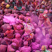 *legende* Célébration du festival des couleurs Holi au temple de Nandagaon  -Uttar Pradesh Inde.