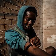 Sabelo Radebe (17 jaar) is verslaafd aan Nyope. Nyope, een zeer gevaarlijke  drug dat Zuid Afrika teistert. Het is populair onder arme jongeren in townships doordat het goedkoop is. Het bevat een combinatie van heroine, marihuana, HIV remmers and ratten gif. Arme jongeren zonder toekomst perspectief die onder erbarmelijke omstandigheden in townships leven hebben een grote kans om verslaafd te raken aan Nyope.<br /> <br /> Thabo Mofokeng (17) is addicted to Nyope. Nyope, a very dangerous drug that plagues South Africa. It is popular among youngsters in poor townships because it is cheap. It contains a combination of heroin, marijuana, HIV inhibitors and rat poison.