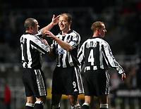 Fotball<br /> UEFA-cup 2004/05<br /> Newcastle v Heerenveen<br /> 24. februar 2005<br /> Foto: Digitalsport<br /> NORWAY ONLY<br /> Newcastle's Stephen Carr (L) congratulates Alan Shearer (C) on scoring his team's second goal