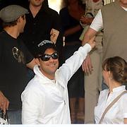 NLD/Amsterdam/20060624 - Robbie Williams verlaat het hotel met beveiliging