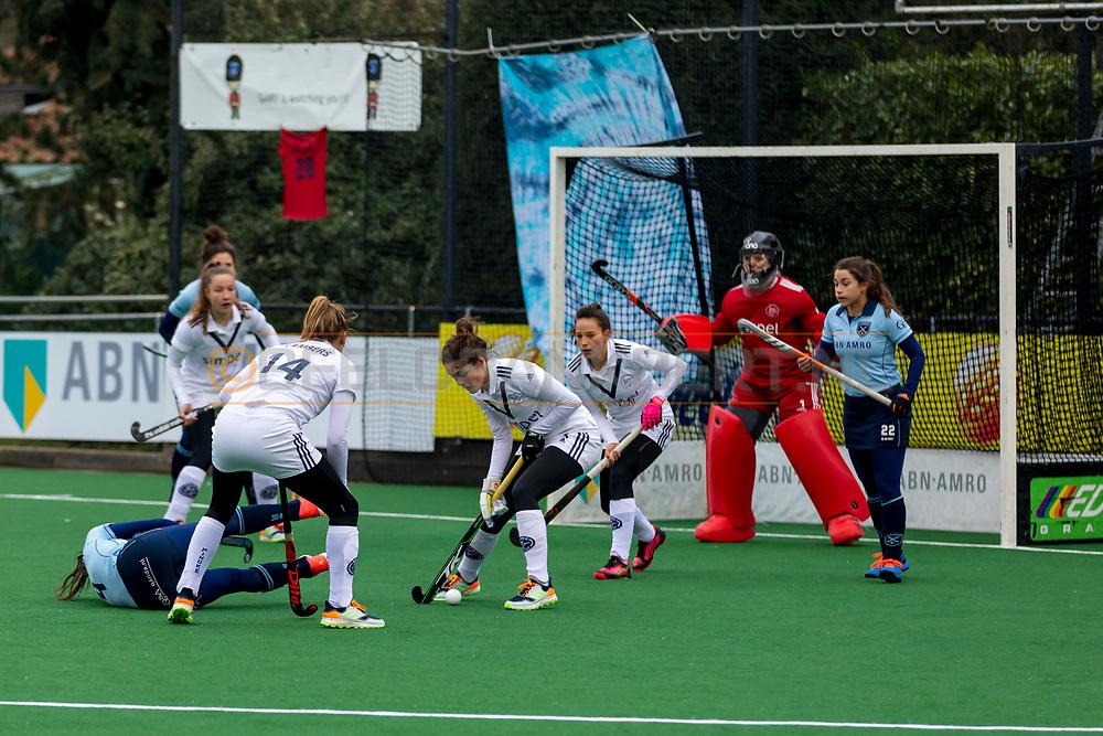 LAREN -  Hockey Hoofdklasse Dames: Laren v Pinoké, seizoen 2020-2021. Foto: Pinoké verdedigt, Bente van der Veldt (Laren) gaat onderuit