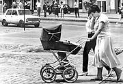 Kobieta z wózkiem i dwójką dzieci. Sofia, Bułgaria, pocztek lat 80. XX wieku