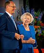 Prinses Beatrix reikt Zilveren Anjers uit op het Koninklijk Paleis in Amsterdam.<br /> <br /> Princess Beatrix at the award ceremony of theZilveren Anjers  in the the Royal Palace in Amsterdam.<br /> <br /> Op de foto / On the photo:  Prinses Beatrix en laureaat Eric Zwijnenberg