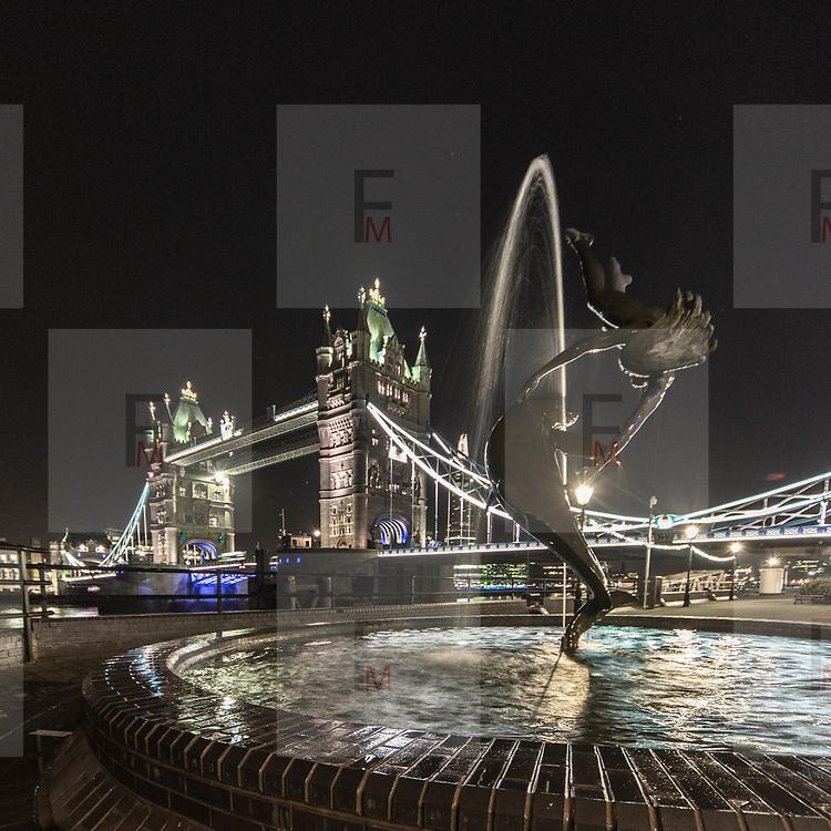 La ragazza col delfino, la fontana di David Wynne vicino al Tower Bridge.<br /> <br /> Girl with dolphin the David Wynne fountain near the Tower Bridge.