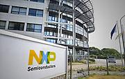 Nederland, Nijmegen, 10-6-2017NXP semiconductors. Fabriek. Hoofdingang van de vestiging . Er worden chips, halfgeleiders,  gemaakt. De Europese Commissie gaat de overname van NXP door het Amerikaanse Qualcomm onderzoeken. De Commissie heeft twijfels bij de deal ter waarde van 43 miljard euro omdat het samengaan van de bedrijven kan leiden tot hogere prijzen, minder keuze en innovatie in de sector. Foto: Flip Franssen