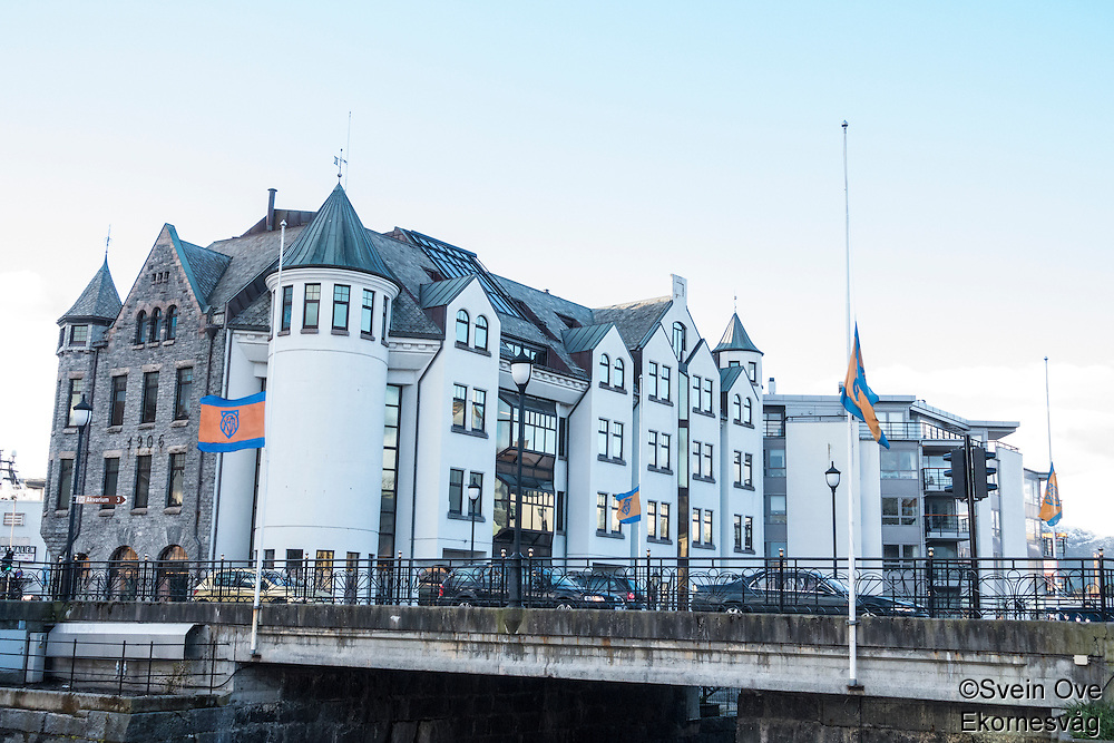 Det flagges på halv stang for AaFK på Hellebroa i Ålesund.<br /> Foto: Svein Ove Ekornesvåg