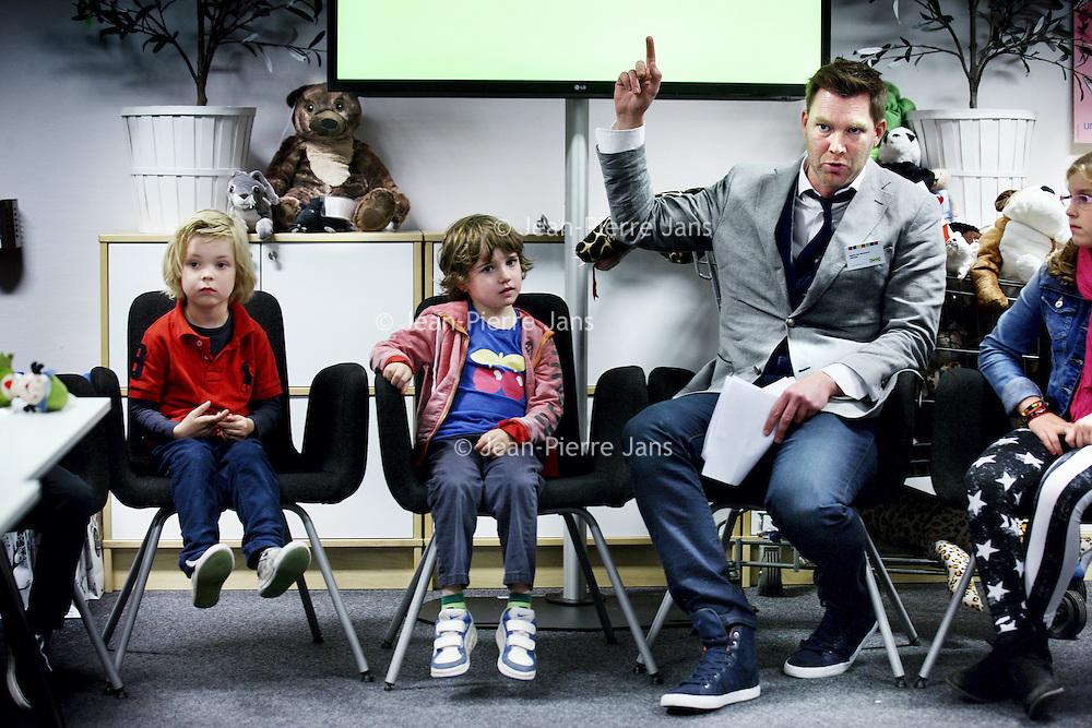 Nederland, Amsterdam , 30 oktober 2013.<br /> Tijdens de jaarlijkse pluchen speelgoedactie doneert IKEA voor elk verkocht pluchen speelgoed, ongeacht prijs of grootte, 1 euro aan onderwijsprojecten van UNICEF en Save the Children. .<br /> <br /> Met deze pluchen speelgoedactie wil IKEA samen met haar klanten kinderen een betere toekomst geven. Met de opbrengst worden onderwijsprojecten in meer dan 30 landen in Azië, Afrika en Centraal- en Oost-Europa gefinancierd.<br /> Op de foto: tv presentator en ambassadeur Unicef Sipke Jan Bousema tijdens perspresentatie bij filiaal IKEA in Amsterdam Zuid Oost.<br /> Foto:Jean-Pierre Jans