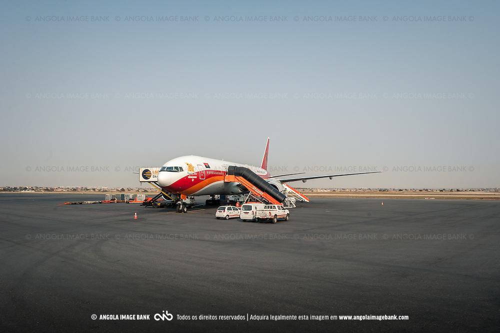 Avião da TAAG na placa do Aeroporto Nacional 4 de Fevereiro em Luanda, Angola. Boeing 777-300ER
