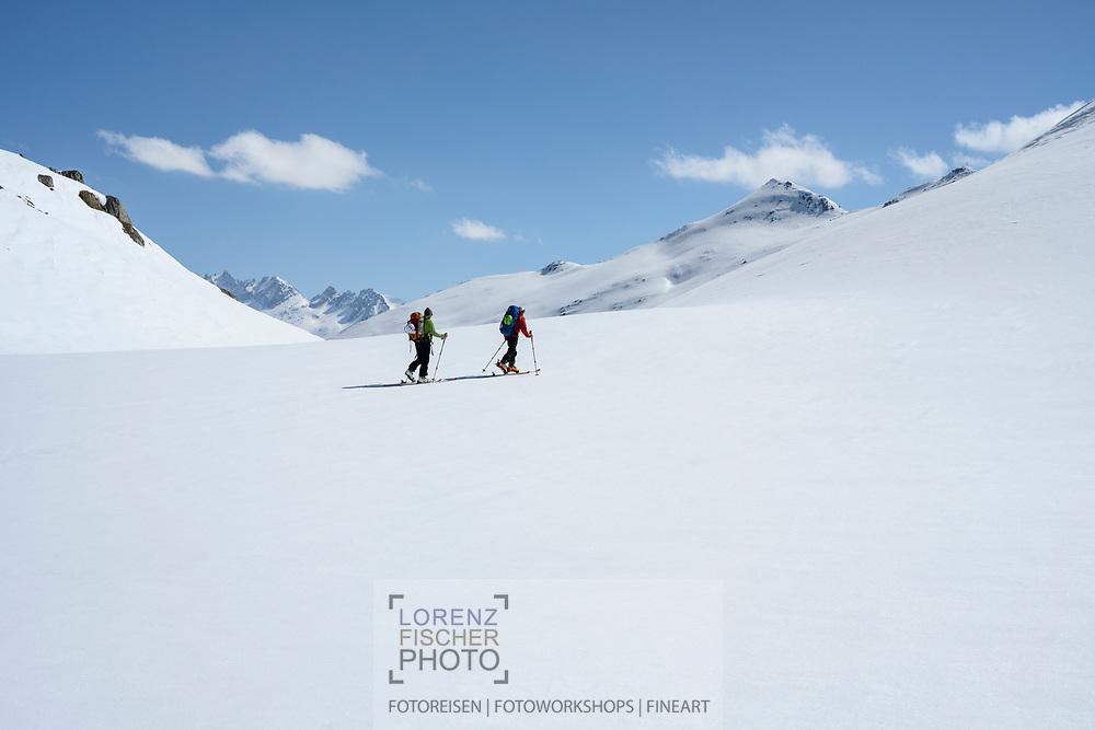 Zwei Skibergsteiger in der Nähe des Oberaarsees mit dem Sidelhorn am rechten Horizont, Berner Oberland, Schweiz<br /> <br /> Two ski mountaineers near the Oberaarsee with the Sidelhorn on the right horizon, Bernese Oberland, Switzerland