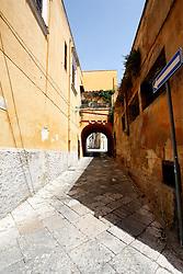 Se si percorrono le stradine interne per andare verso il porto di Brindisi, si possono incontrare vie molto spesso antiche, che portano nel centro storico della città; in alcuni casi si può trovare degrado architettonico quasi poetico che conserva tutta la sua storia.